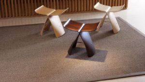 alfombras de sisal kodama de kp alfombras a medidaa kp color topo con tres taburetes encima