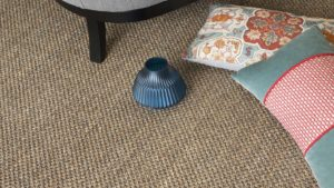 alfombras de sisal kodama de kp alfombras a medidaa kp color topo con un cuenco y dos cojines sobre ella