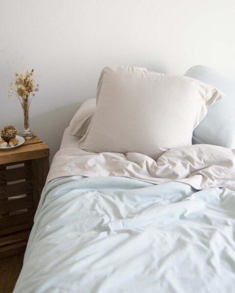 Ambiente con cama vestida con funda nórdica sisomdos basic aqua