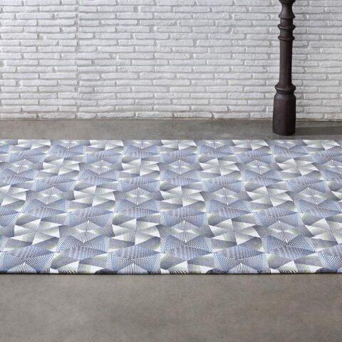 alfombras geométricas kp con hexágonos en la calle al lado de dos farolas