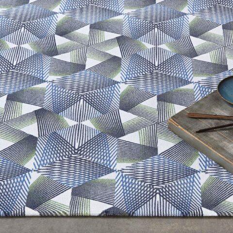 alfombras geométricas kp con hexágonos con una bandeja sobre ella