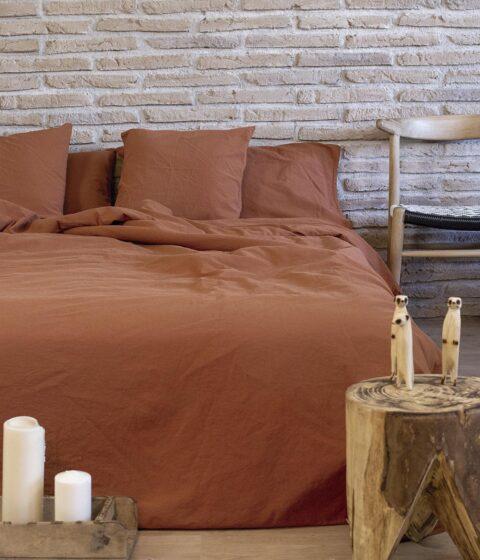 Ambiente con cama vestida con funda nórdica sisomdos color marron