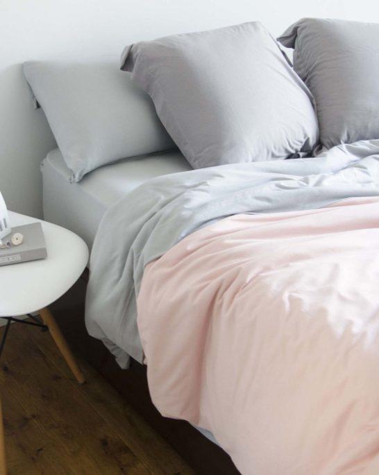Ambiente con cama vestida con funda nórdica sisomdos color rosa