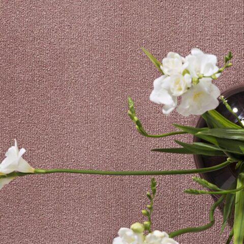 Jarrón con flores sobre alfombra ecológica koosu de kp alfombras a medida