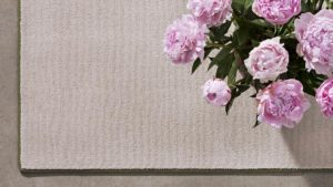 rosas sobre alfombra natural koosu de kp alfombras a medida en color natural