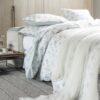 Ambiente con cama vestida con funda nórdica de Alexandre Turpault modelo loumarin