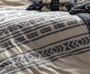 Detalle bordado de la funda nórdica Kas australia Vitta