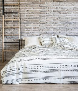 Ambiente con cama vestida con funda nórdica sisomdos sioux