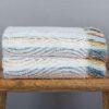 juego toallas geo doblada sobre un banco