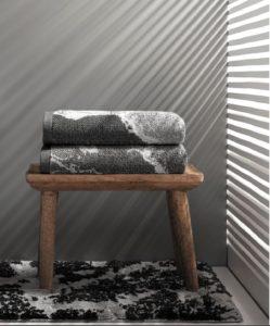 toallas sorema marble dobladas en una banqueta