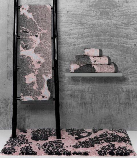 Coleccion de toallas de baño sorema marble expuestas en un espacio