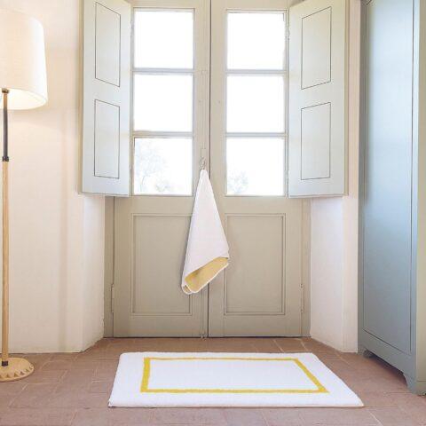 Toallas y alfombra de la coleccion de toallas de baño graccioza double en interior de una casa
