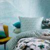 ambiente con cojines kas australia quala sobre la cama