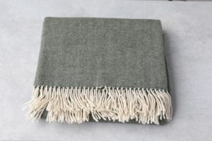 manta de lana grazalema en color gris con flecos
