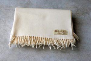 manta de lana grazalema en color natural con flecos