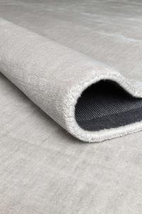 Detalle ampliado de alfombra ligne pure glow color plata