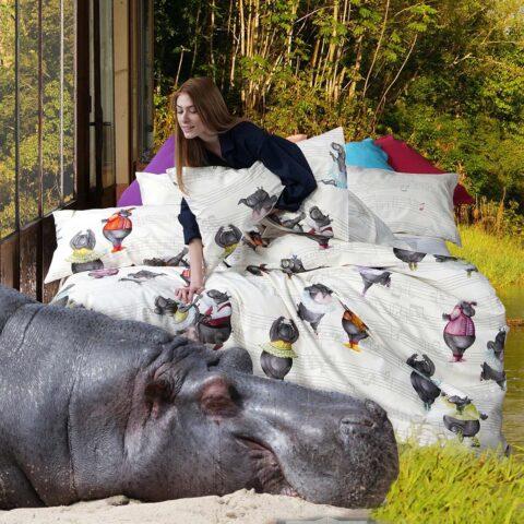 Ambiente con hipopótamo y cama vestida con funda nórdica tessitura toscana grease