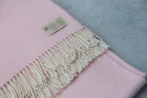 mantas de lana grazalema en color rosa con flecos