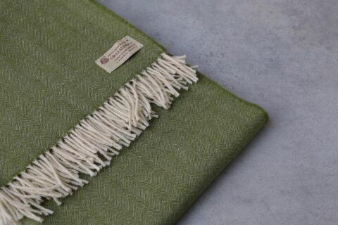 manta de lana grazalema color verde con flecos
