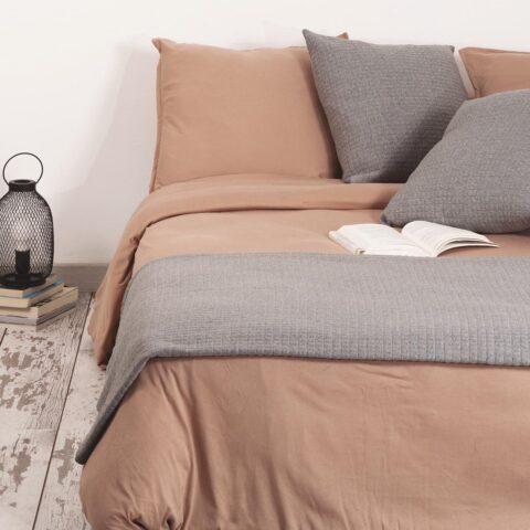 cama vestida con juego de sabanas sisomdos cafe